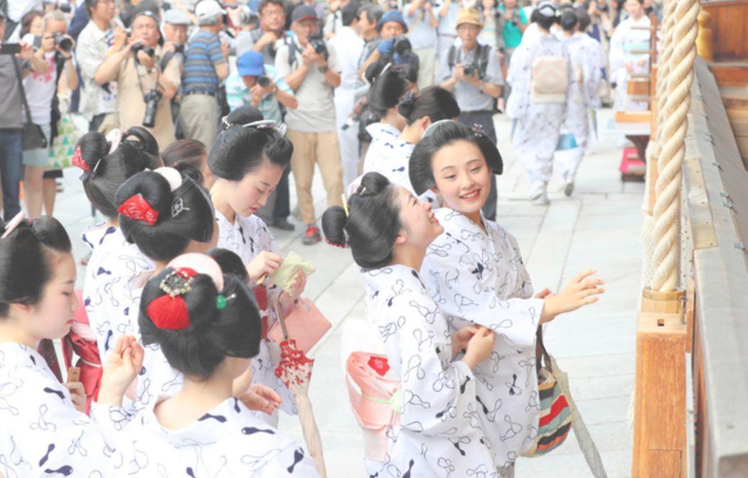 京都的舞妓與藝妓們,一起穿著同樣花色的浴衣参拝