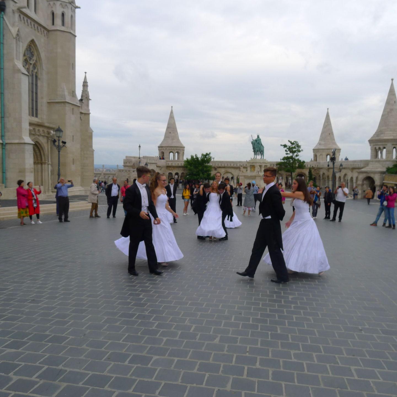 來布達佩斯,請注意教堂前的「廣場舞」!
