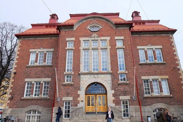 芬蘭赫爾辛基 尋找繪本故事書 走進當地Kallion Kirjasto圖書